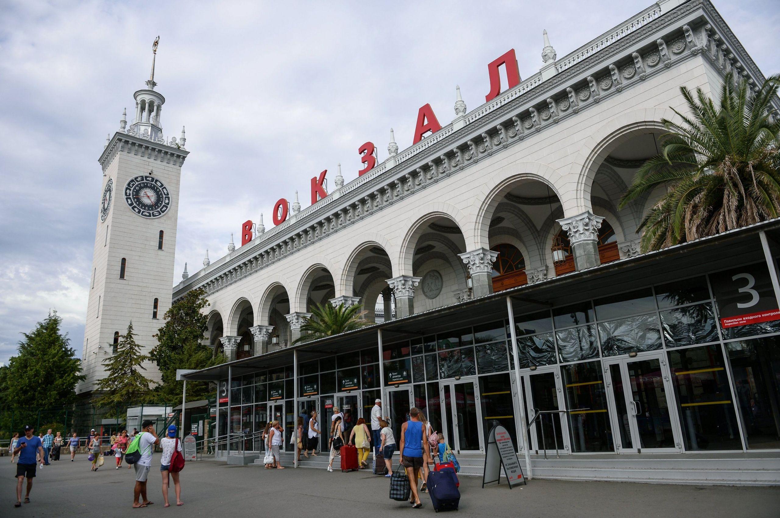 В Сочи начался демонтаж досмотровых павильонов у железнодорожного вокзала: на их месте будет парковка